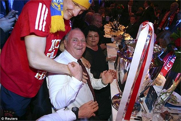 Schweinsteiger chia vui cùng Chủ tịch Bayern, Uli Hoeness.