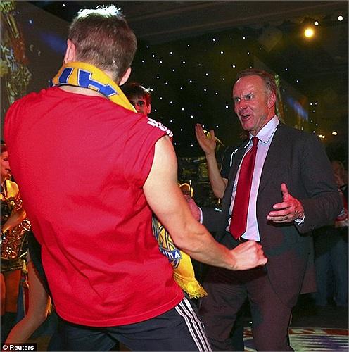 Giám đốc điều hành CLB Karl-Heinz Rummenigge cũng nhảy tưng bừng.
