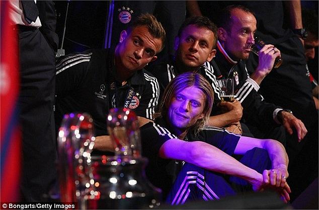 Ở một góc, Xherdan Shaqiri, Anatoliy Tymoshchuk và Rafinha có vẻ trầm lắng hơn đôi chút.