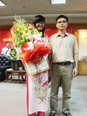 Trần Thị Thu Hương chụp ảnh với bố, anh Trần Xuân Dương.