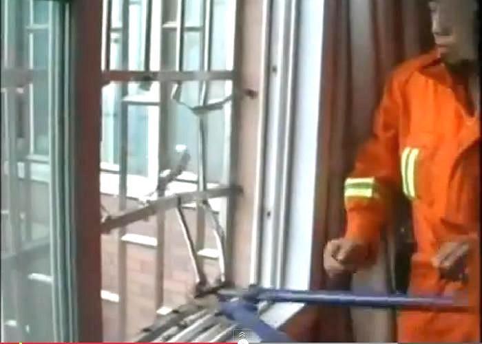 Tại hiện trường, các nhân viên cứu hộ đã dùng một cây kìm cộng lực để cắt các thanh sắt cửa sổ, sau đó một nhân viên leo ra ngoài để hỗ trợ giải cứu đứa bé.