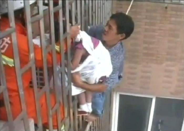 Mất một thời gian khá lâu, cuối cùng đứa trẻ cũng được giải cứu an toàn. Nguyên nhân vụ việc được xác định là do bé trèo ra cửa sổ vì cửa nhà bị khoá.