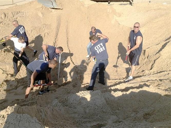 Một cậu bé 6 tuổi đã sống sót kỳ diệu sau khi rơi vào vùng cát lún và bị chôn sống ở độ sâu hơn 3,4 mét suốt hơn 3 tiếng đồng hồ.