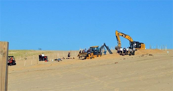 Sự việc trở nên tồi tệ hơn khi gia đình càng đào bới cứu Nathan thì hố cát càng bị lấp vào, không lâu sau thì chôn sống luôn cả cậu bé.