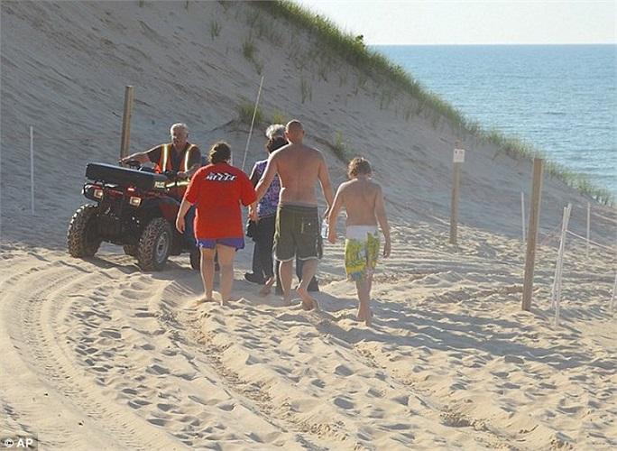 Một nhân viên cho biết, cậu bé đã sử dụng một túi không khí để thở trong thời gian bị cát vùi.