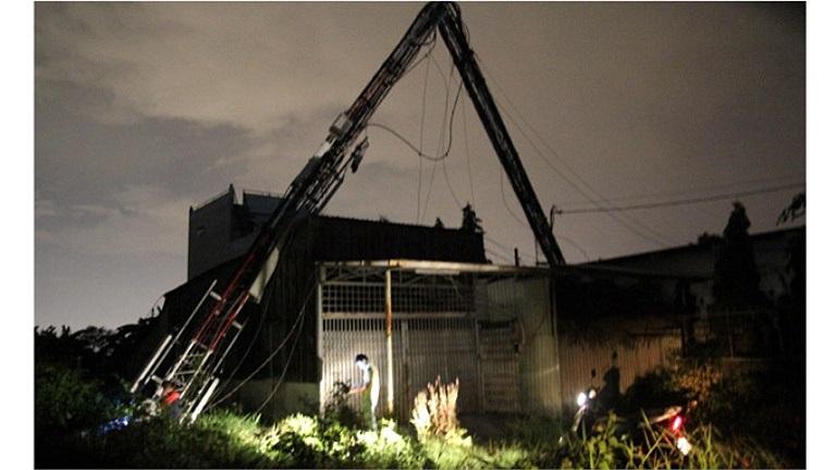 Trụ điện ngã vì dông gió - Ảnh: Hữu Khoa/TTO