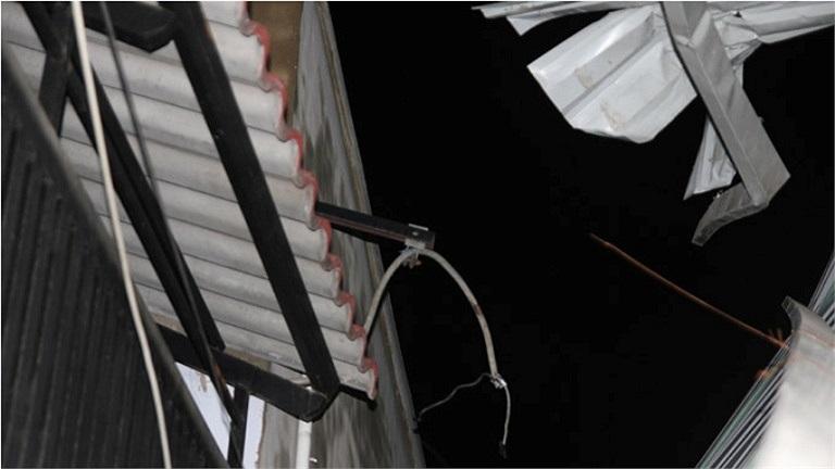 Nhà tốc mái ở Bình Chánh - Ảnh: Hữu Khoa/TTO