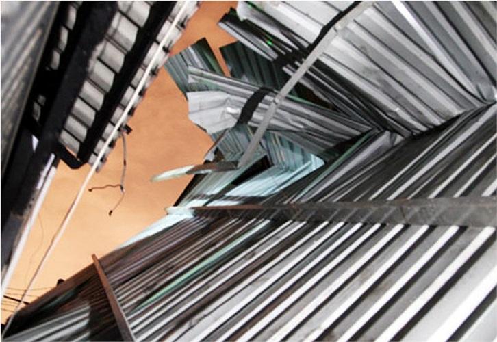 Mưa lớn kèm theo gió mạnh khiến mái nhà trong hẻm 301 Trần Xuân Soạn (phường Tân Kiểng, quận 7) cũng bị tốc mái tôn. Ảnh: VNE