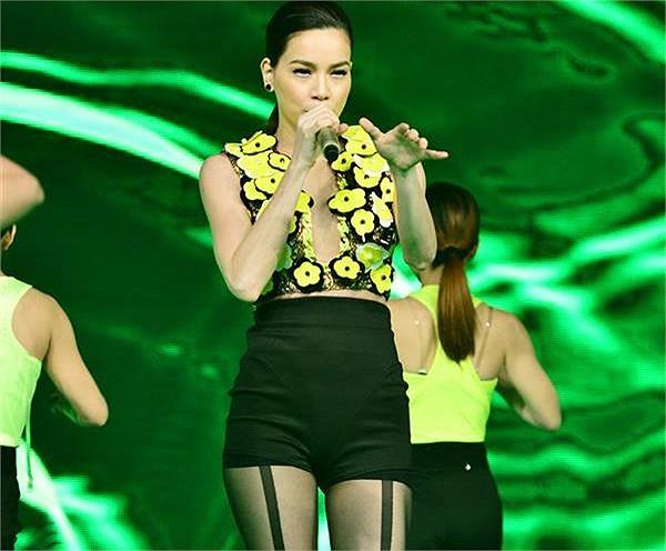 Mẫu thiết kế ưa thích của Hồ Ngọc Hà là những chiếc quần short ngắn khoe lợi thế đôi chân dài.