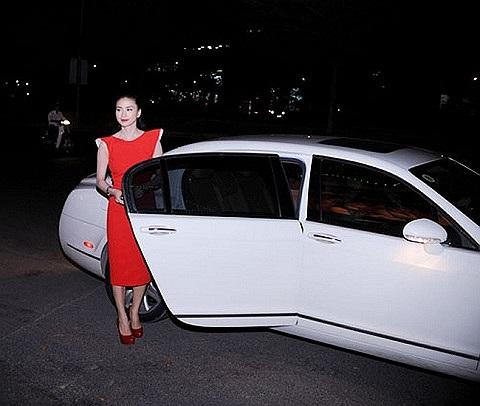 Ngô Thanh Vân sang trọng và tự tin bước xuống từ chiếc Bentley có giá chót vót tới gần 8 tỷ đồng.