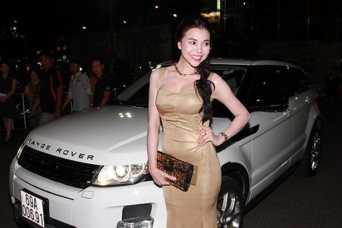 Trà Ngọc Hằng với chiếc bốn bánh trị giá hơn 3 tỷ đồng, chiếc xe Range Rover màu trắng do chính tay Victoria Beckham thiết kế, được biết đây là xe Trà Ngọc Hằng đi mượn.