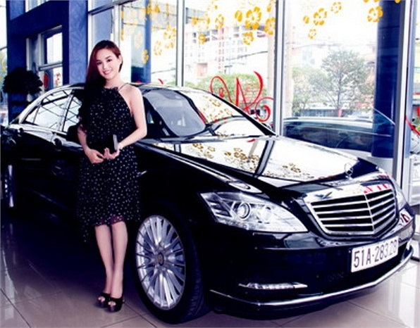 Vy Oanh nổi tiếng bằng chiếc xe Mercedes S500 Blue Efficiency 7 tỷ.