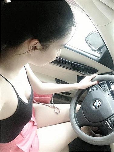 Ngọc Trinh đang sở hữu chiếc BMW có giá khoảng 4 tỷ đồng.