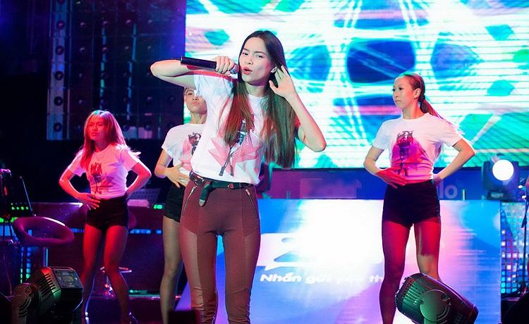 Cuối buổi, Hà Hồ cũng tặng trước cho các fan có mặt phiên bản nhạc dance single Hãy thứ tha cho em dù chưa ra thị trường.