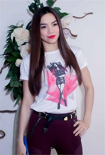 Hồ Ngọc Hà trẻ trung với chiếc áo thun in hình chính mình cùng với chiếc quần bó màu nâu.