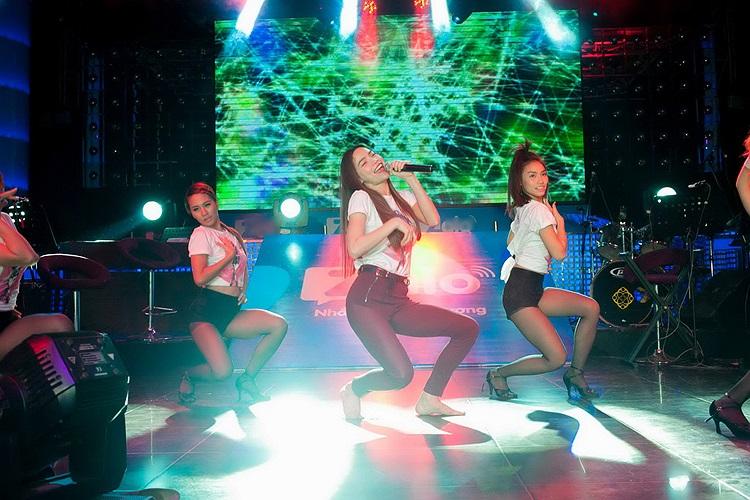 Trong buổi giao lưu, Hồ Ngọc Hà tặng fan một bài hát vô cùng sôi động cùng vũ đoàn khiến fan rất phấn khích.