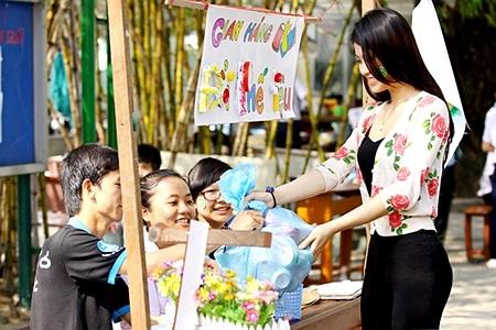 Sau cuộc thi Nữ hoàng cà phê, Diễm Trang quay trở lại ngay với chương trình học và cô sinh viên năng động đã thở phào khi vừa thi xong một mạch nhiều môn khá tốt.