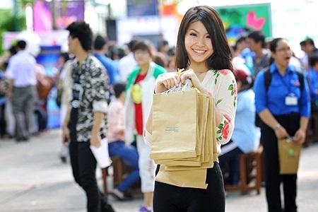 Diễm Trang chăm chú, tỉ mỉ xếp từng chiếc túi giấy thân thiện với môi trường sau đó gửi tặng và tuyên truyền lợi ích của túi giấy đến với các hộ dân trong khu vực.