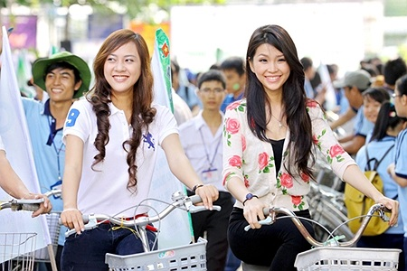 Diễm Trang, Phương Ân còn cùng hàng trăm sinh viên ĐH Luật đạp xe hưởng ứng chương trình :Ngày đi học không xe máy