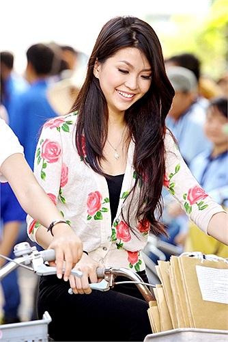Hoa khôi Diễm Trang luôn thân thiện với mọi người xung quanh