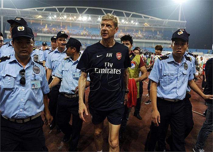 Ở bất cứ nơi nào Arsenal đặt chân đến, họ đều được các nhân viên an ninh theo sát