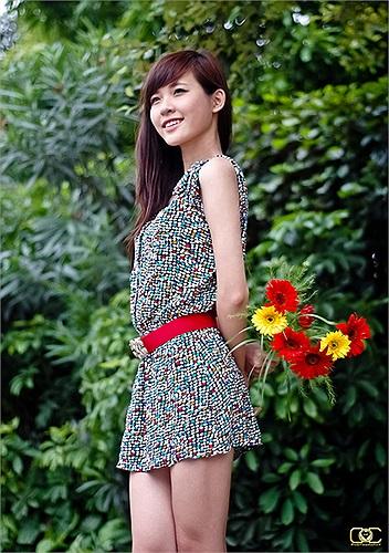 Linh Tây có tên thật là Ngô Thùy Linh, sinh năm 1995 từng lọt Top 20 của F-Idol, tham gia cuộc thi Hot V Model, làm người mẫu cho các báo.