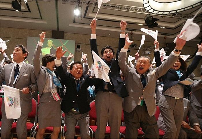 Giây phút thủ tướng Shinzo Abe cùng các thành viên đoàn Nhật Bản vỡ òa trong niềm vui chiến thắng. Vượt qua Istanbul và Madrid, Tokyo đã giành quyền đăng cai Olympic 2020.