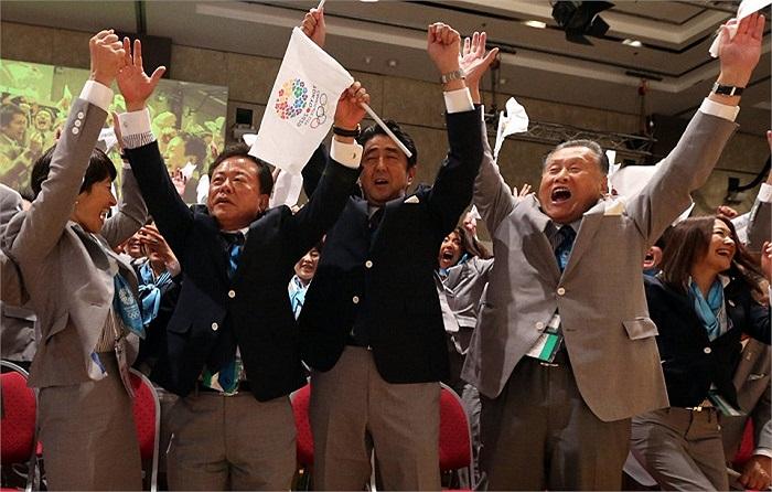 Dù đang bận tham dự hội nghị thượng đỉnh G20 nhưng thủ tướng Abe vẫn dành thời gian để tới Buenos Aires làm trưởng phái đoàn Nhật Bản trong vòng bỏ phiếu quyết định.