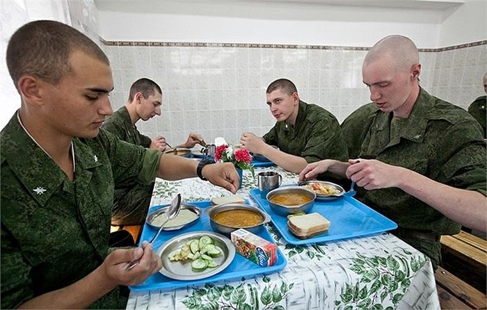 Ít ai biết rằng, phục vụ bữa ăn cho các binh sĩ Nga là những công ty dân sự