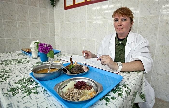 Các cán bộ y tế sẽ thử các món ăn trước khi chúng đến với các binh sĩ