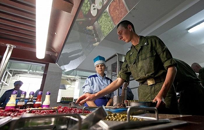 Các binh sĩ đến ăn trưa và tự làm cho mình món salad từ những nguyên liệu có sẵn