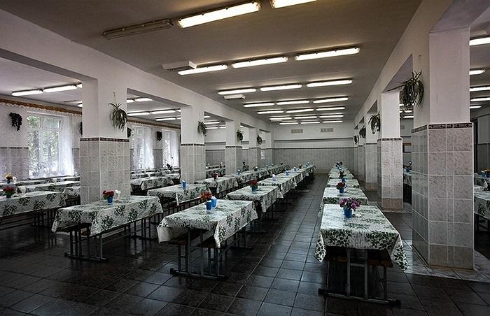 Bên trong nhà ăn của lính, nhìn mềm mại hơn rất nhiều so với những khung cảnh thường thấy trong quân đội