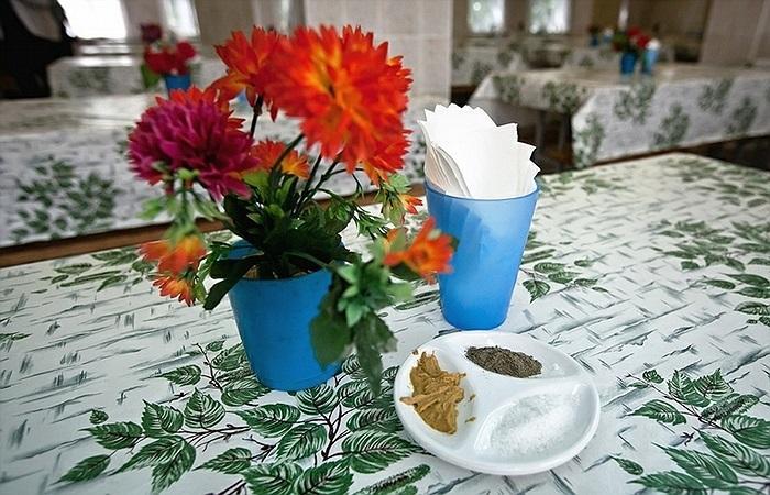 Thậm chí bàn ăn còn được trang trí hoa