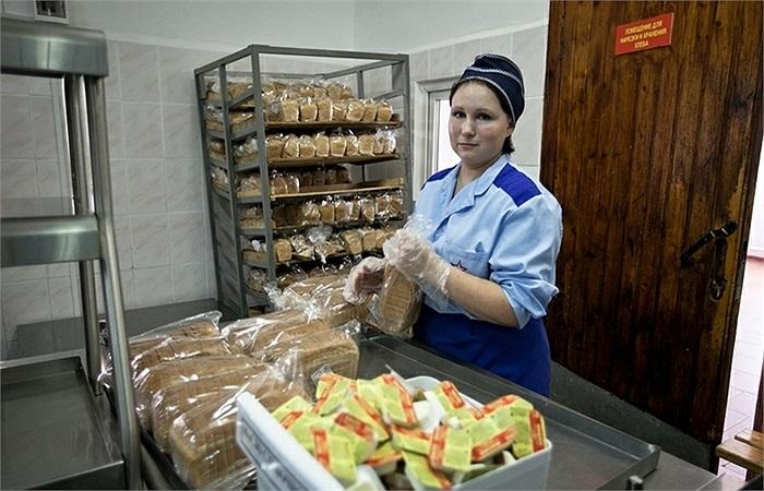 Những miếng bánh mỳ thơm ngon chuẩn bị cho các binh sĩ