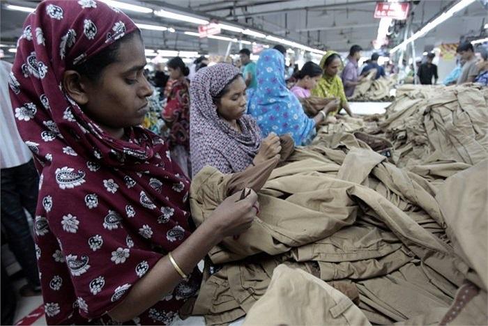 Nhiều phụ nữ làm trong ngành dệt may ở nước này chỉ hưởng mức lương 57 USD/tháng, mỗi ngày làm việc 10 tiếng. Giả sử mỗi tuần làm việc 50 giờ, thì lương tính theo mỗi giờ chỉ 29 cent