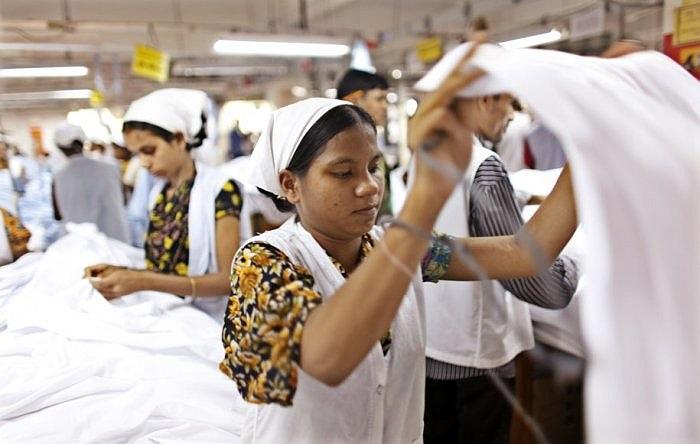 Rosy Khatun chuyển đến Gazipur để làm việc trong một nhà máy may từ 4 tháng trước khi chùm ảnh này được chụp. Đã làm việc 4 tháng nhưng cô chưa biết về lương của mình