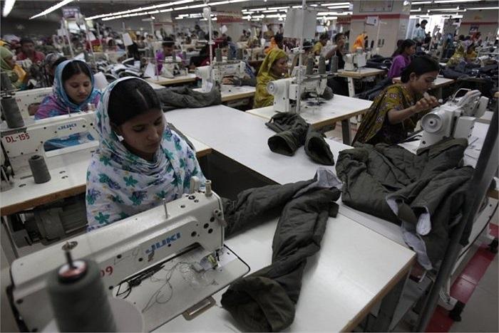 Hàng trăm công nhân làm việc trong không gian chật hẹp để sản xuất rất nhiều quần áo