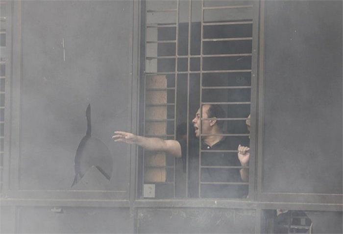 Người đàn ông này kêu gọi sự giúp đỡ khi mắc kẹt trên tầng 11 của một xưởng may. May mắn người này sau đó đã được cứu.