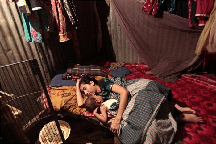Một nữ công nhân cho con ngủ trong căn phòng chật chội
