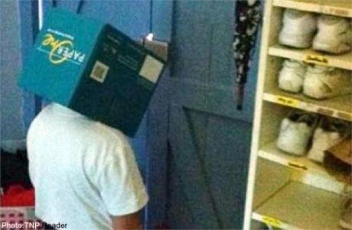 Một hiệu trưởng tại Singapore đã kỷ luật học trò bằng cách, đưa cậu bé vào một góc tối với cuốn sách che kín đầu và đứng hơn 3 tiếng đồng hồ.