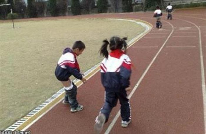 Một giáo viên tại Trung Quốc đã thất vọng với những học trò nói chuyện nhiều trong lớp. Để kỷ luật, giáo viên này bắt các em chạy vòng quanh sân vận động nhiều vòng.