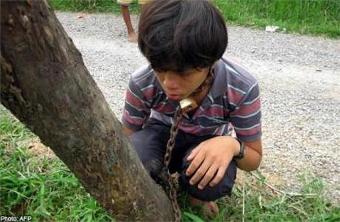 Một ông bố tại Campuchia đã dùng xích trói con trai vào một gốc cây nhằm trừng trị thói trốn học đi chơi game của cậu.