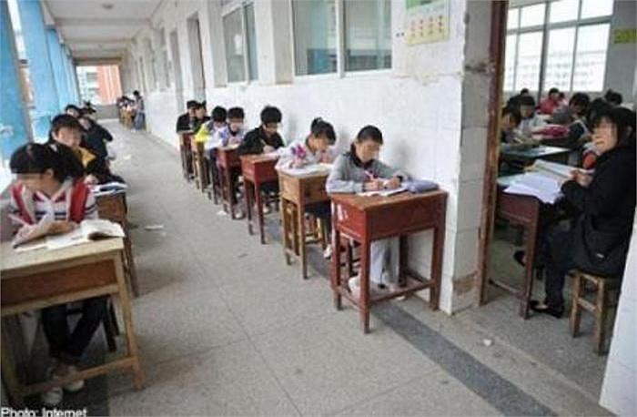 Những học sinh hư hỏng bị giáo viên bắt ra ngoài ngồi trong thời tiết giá lạnh, trong khi những học sinh khác được ngồi ở phòng học.