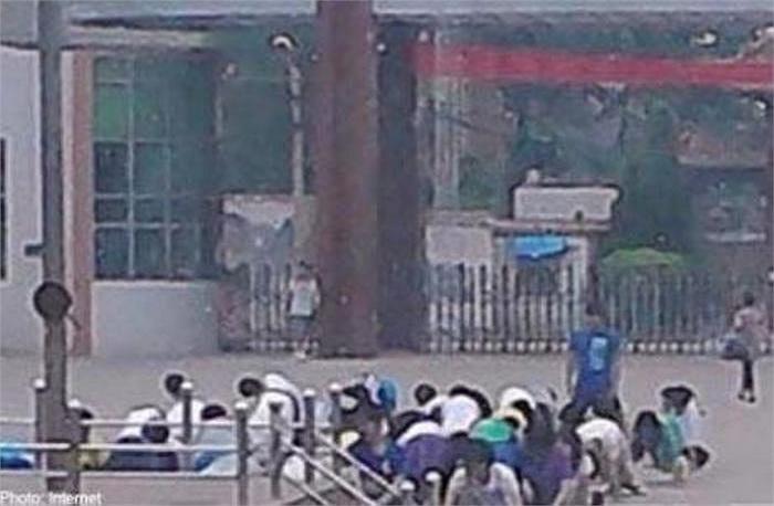 Hơn 20 học sinh tại một trường trung học ở Trung Quốc đã bị bắt hít đất hàng chục lần giữa sân trường oi bức. Được biết, trước đó các em đã quên mang theo tai phone trong tiết học nghe.