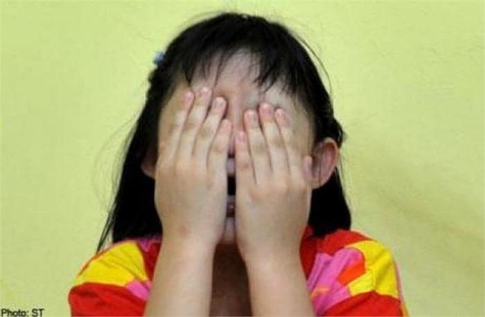 Một giáo viên tiểu học ở tỉnh Zhejiang (Trung Quốc) đã bị đuổi việc sau khi nhẫn tâm chiếu tia tử ngoại vào mặt các học sinh.