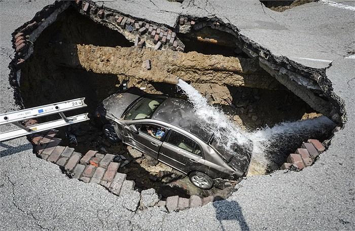 Chiếc hố được tạo ra do đường ống nước bị vỡ tại Ohio (Mỹ).