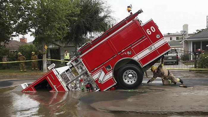 Chiếc xe cứu hỏa mắc kẹt ở một hố tử thần tại Los Angeles (Mỹ). Nguyên nhân cũng đến từ ống nước dưới lòng đường bị vỡ.