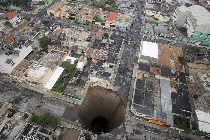 Có vẻ Guatemala là nơi tập chung nhiều hố tử thần nhất thế giới. Chiếc hố này đã chôn vùi nhiều ngôi nhà và cả 1 cây cầu.