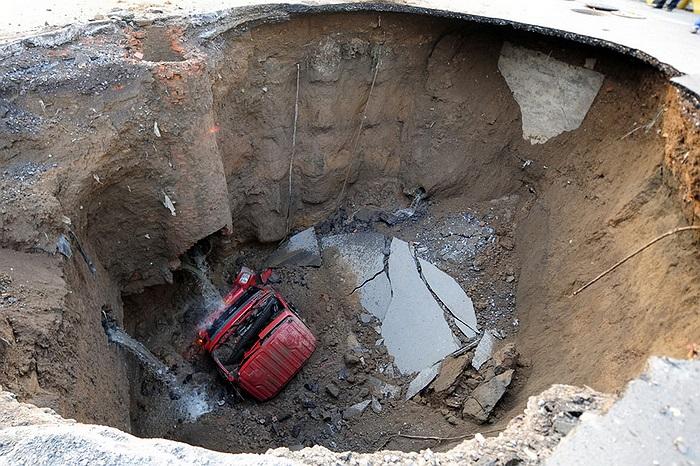 Hố tử thần tại Bắc Kinh (Trung Quốc) nuốt trọn một chiếc xe tải