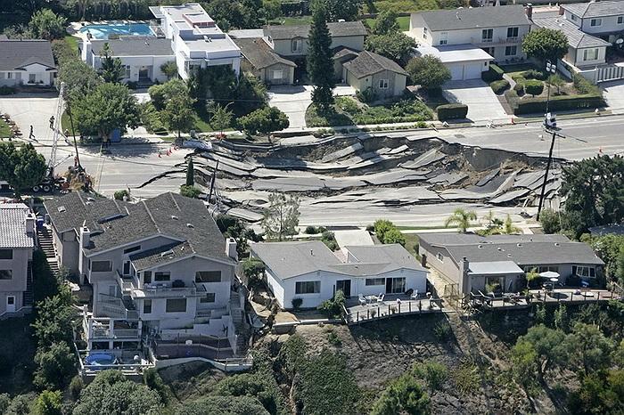 Không sâu nhưng chiếc hố này cũng gây ra thiệt hại cho các căn nhà xung quanh